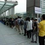 Algunos de los millones de japoneses que se hicieron con una copia de ansiado juego